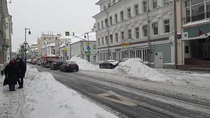 Службы ЖКХ в столице приступили к сплошному подметанию дорог и тротуаров
